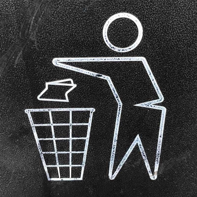 Absorbierende oder poröse Materialien wegzuwerfen und schimmel entfernen