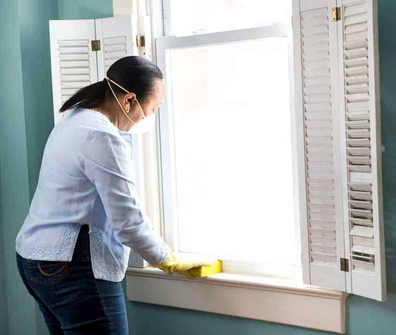 Wie man Schimmel auf Holzfensterbänken entfernt
