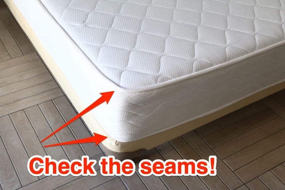 36 Bild vom Bett überprüfen Sie die Nähte auf Bettwanzen